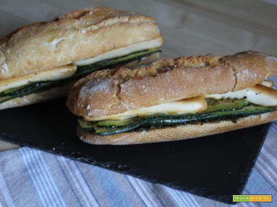 Panino con scamorza affumicata e zucchine grigliate