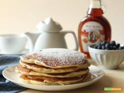 Pancakes ai mirtilli con sciroppo d'acero
