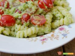 Pasta al pesto di zucchine con pomodorini