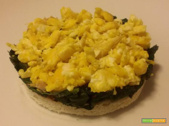 Crostino di cicoria e uova strapazzate