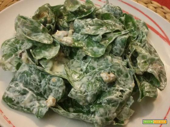 Insalata di spinaci novelli e noci condita con salsa allo yogurt greco