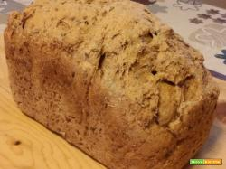 Pane integrale con semi di lino nella macchina del pane