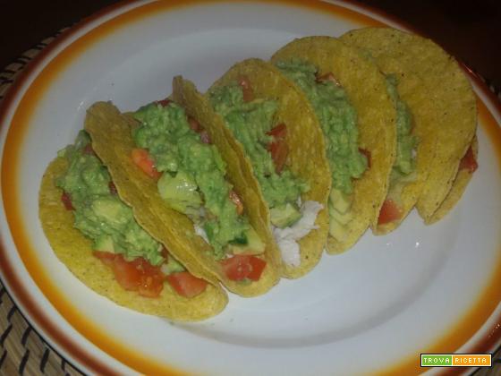 Taco con pollo e salsa di avocado