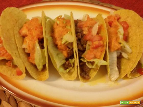 Taco ripieni di macinato con salsa piccante ai peperoni