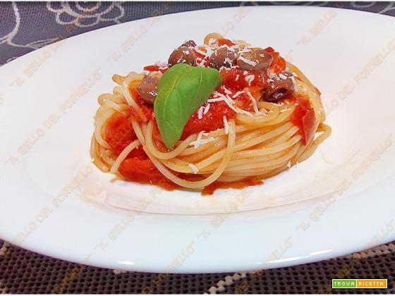 Spaghetti con pomodorini olive e peperoncino