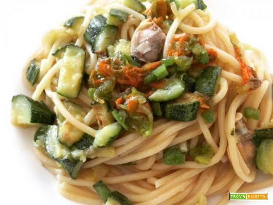 Spaghetti vongole, zucchine e fiori di zucca