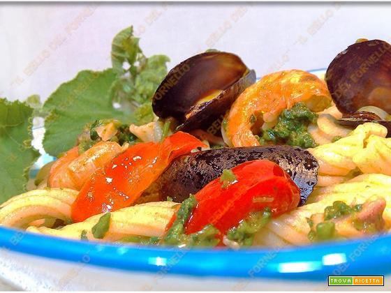 Pasta con talli di zucchina gamberi e cozze
