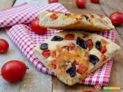 Pizza con pomodorini e olive nere – Ricetta Bimby e non