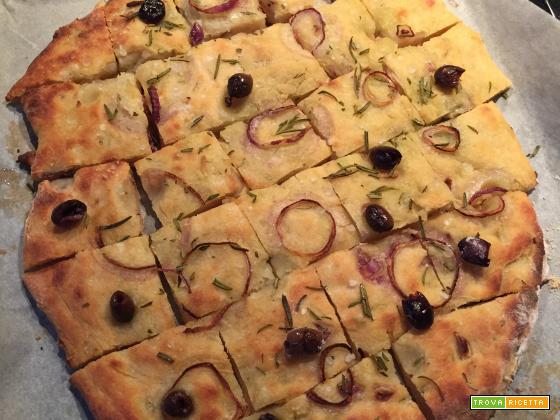 Focaccia di patate con rosmarino, cipolla rossa di tropea e olive taggiasche