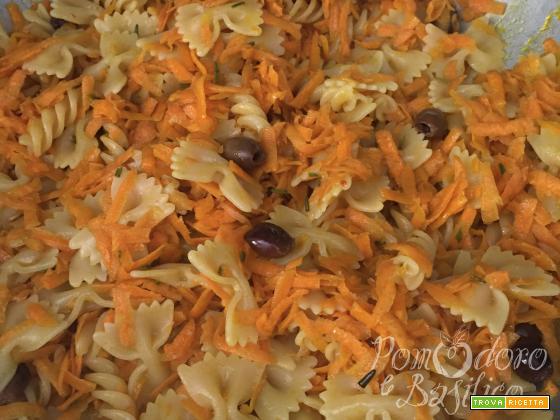 Farfalle e fusilli con carote e olive taggiasche