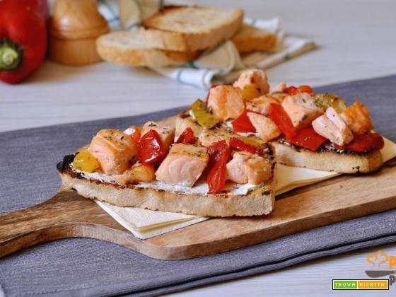 Crostoni al salmone fresco e peperoni