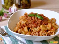 Ruote con sugo alle olive e pomodoro