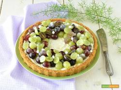Crostata senza cottura con crema allo yogurt e meringhe con uva
