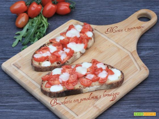 Bruschette con pomodorini e formaggio