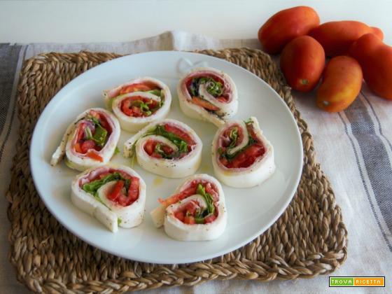 Rotolo di mozzarella con cotto, pomodoro e insalata