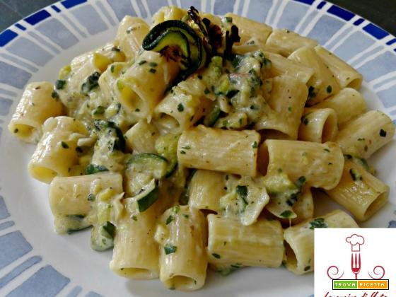 Mezze maniche con scalogno e crema di zucchine