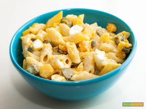 Pasta tonnata con uova, cetriolini, tonno e maionese