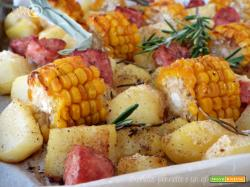 Salsicce al forno con patate e pannocchie