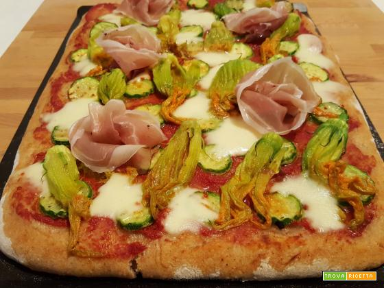 Pizza semintegrale con fiori di zucca, mozzarella, speck e lievito madre