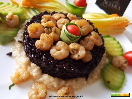 Riso Venere sopra letto di Pesto di Mandorle Sciara con gamberetti e zucchine....
