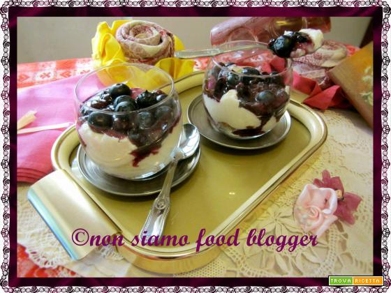 Coppe di ricotta con cioccolato bianco e salsa ai mirtilli