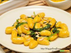 Gnocchi patate e Hokkaido con i spinaci
