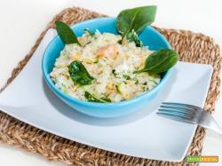 Insalata di riso con salmone, finocchio, spinacino, avocado e salsa yogurt