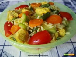 Insalata di riso con tacchino alla curcuma, fagiolini, carote, pomodorini e zucchine