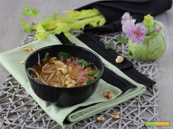 Zuppa light di zucchine tonde sedano e anacardi