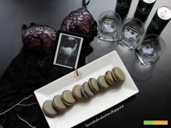 MANGIA CIO' CHE LEGGI 104: Macarons alla liquirizia ispirati da DEVOTION di Estelle Hunt e Lidia Calvano
