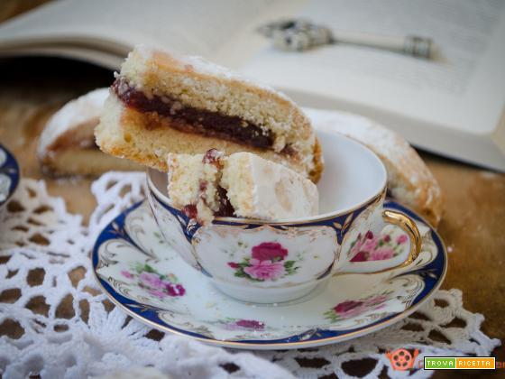 Biscotti alla marmellata di ciliegie