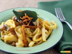 Fettucciole autunnali in crema di zucca con porcini e finferli e julienne di zucca croccante