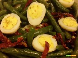 Insalata di fagiolini, pomodori secchi e uova di quaglia