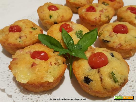 Muffin salati con zucchina, formaggi, olive e wurstel affumicato