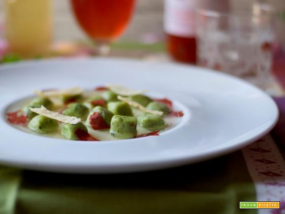 Gnocchi al basilico con brodo di pomodoro