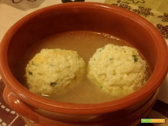 Pallotte cacio e ova (formaggio e uova) cotte in brodo