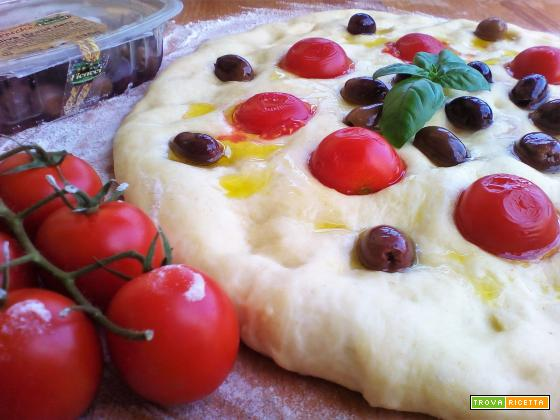 Ricetta della Focaccia alle olive e pomodorini