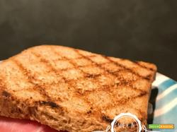 Sandwich al pane integrale prosciutto crudo e mozzarella di bufala