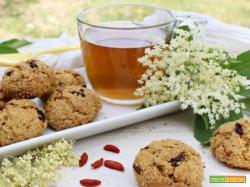 Biscotti e infuso ai fiori di sambuco e bacche di Goji