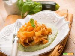 Pesto e pomodoro: l'abbinamento ideale per le tagliatelle