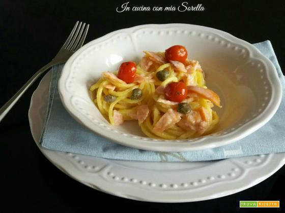 Pasta fresca con salmone alla mediterranea