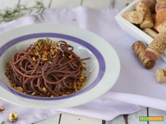 Spaghetti integrali al vino con granella croccante
