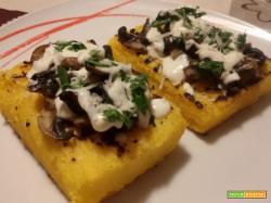 Crostoni di polenta con funghi e crema al parmigiano