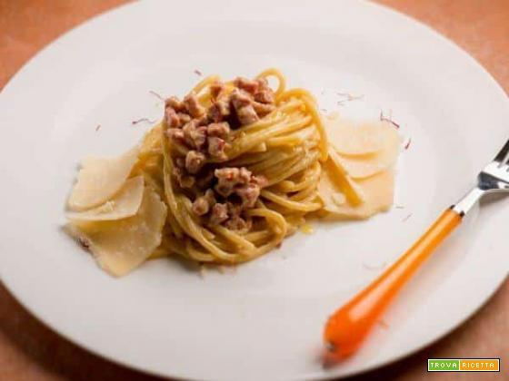 Ecco un piatto di spaghetti con luganega e zafferano!