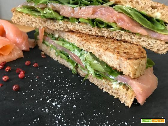 Sandwich al salmone affumicato con pepe rosa