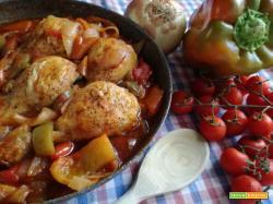 Pollo in umido con peperoni e cipolle