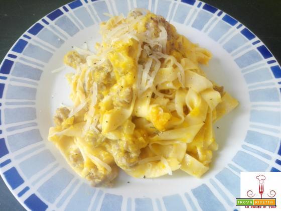 Tagliatelle fatte in casa con zucca e salsiccia