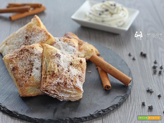 Fazzoletti di sfoglia dolci, con crema di ricotta e gocce di cioccolato