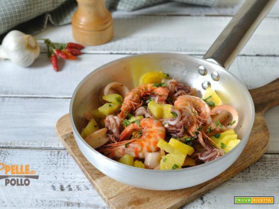 Calamari in padella con gamberi e patate