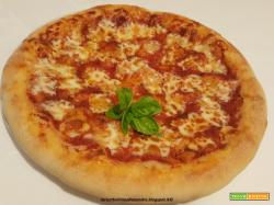 Pizza con salsa di pomodoro e caciotta